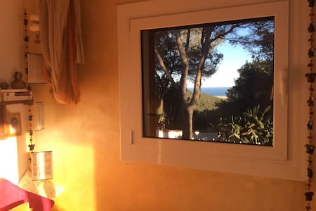 Between Earth and Sea! - Castellet i la gornal