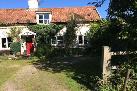 Quintessential Suffolk cottage - Bed & Breakfast