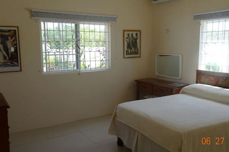 Clean, comfortable environment. - Falmouth - Guesthouse