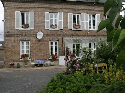 Chambre d hôte dans maison de bourg avec jardin - Bed & Breakfast