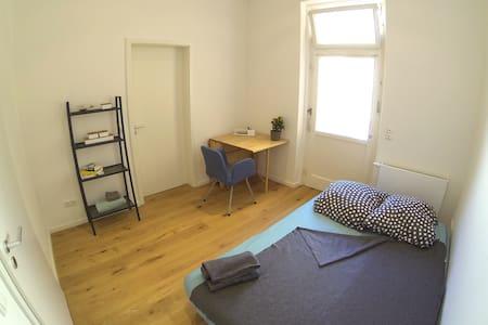 Cosy quite room direct at Harras (U,S)! - Apartment