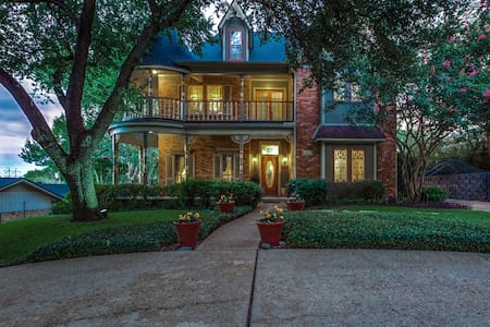 Victorian Retreat - Grand Prairie