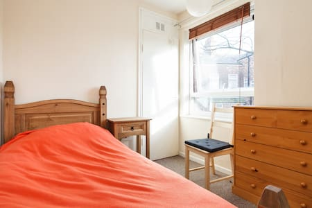 Clean & comfortable single bedroom. - Apartment