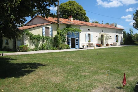 Large farmhouse, big pool, 3 acres, quiet hamlet - Haus