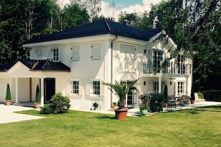 Großzügige Villa in Bestlage - Villa