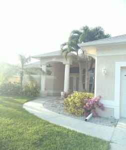 Room in Gorgeous Canal Home with Pool & Kayaks - Cape Coral - Maison