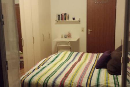Kuscheliges Bett mit Zugang zum Balkon - Veitshöchheim - Byhus