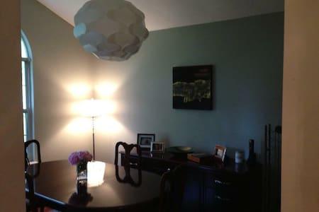 West Knoxville - Quiet, Convenient, and Cozy! - House