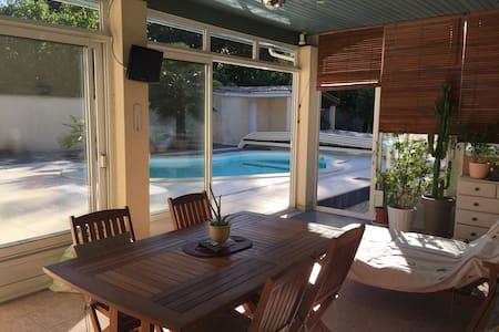 Chambre et terrasse donnant sur la piscine. - Hus