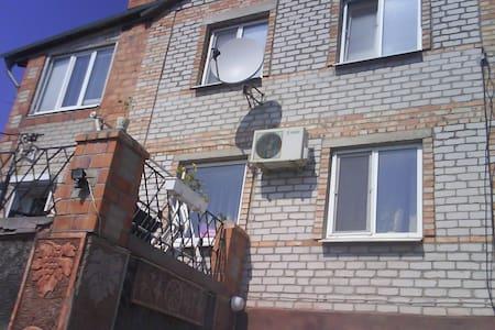 Дом трех этажный в заповедной части города у моря - Berdyans'k - Дом