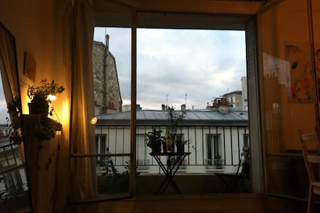 Large room with balcony - Paris - Apartment