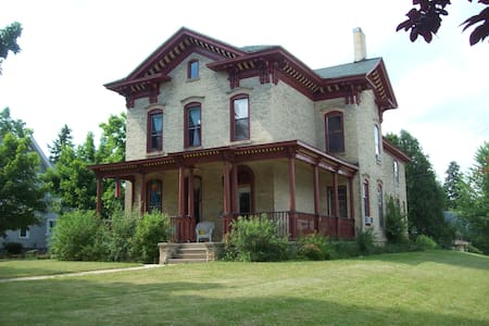 Historic Landmark Nelson Salisbury House - Whitewater - Hus