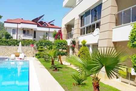Апартаменты с шикарным садом у моря - Apartment