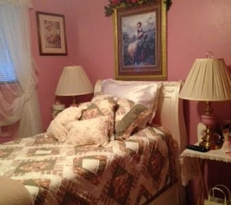 Quiet Beautiful Pink Bedroom. TV, - Parma - House