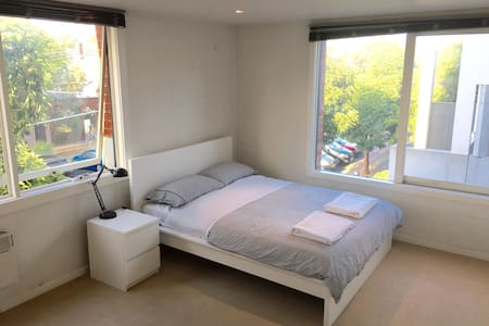 Oversized bedroom close to it all. - South Melbourne - Apartment
