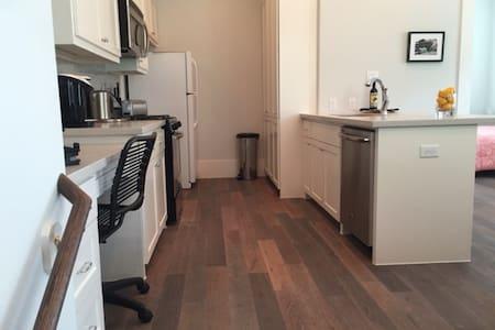 New Montrose/Downtown area garage apartment - Houston - Wohnung