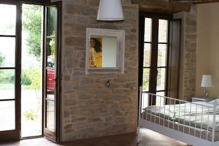 Grosszügiges Zimmer in restauriertem Gemäuer - Guesthouse
