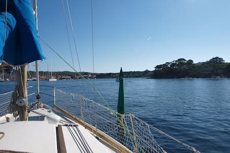 Voilier à quai île de Porquerolles. - Boat