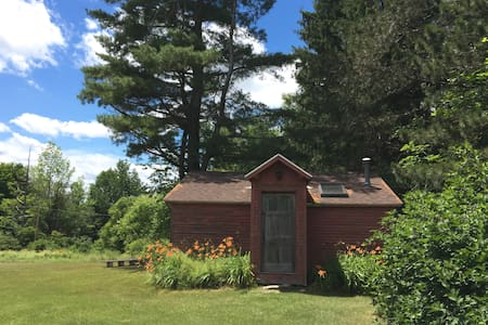 Charming private cabin on 65 acres, very peaceful. - Zomerhuis/Cottage