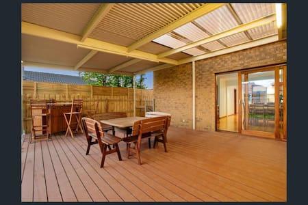 Room available in Beautiful house - Altona Meadows - Hus