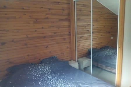 Chambre confortable avec bureau - La Glacerie - Daire