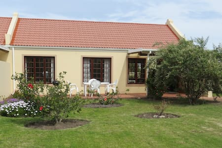 Spacious Cottage in a small, secure complex - Stadswoning