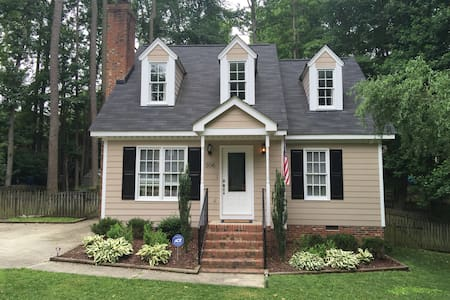 Two rooms in beautiful Cape Code style home - Knightdale - Hus
