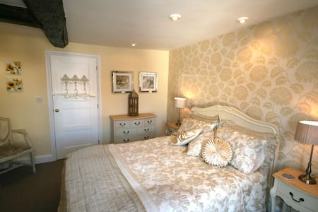 The Yellow Room with ensuite - Bed & Breakfast