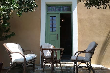 Spacious studio with shady garden patio - Casa de huéspedes