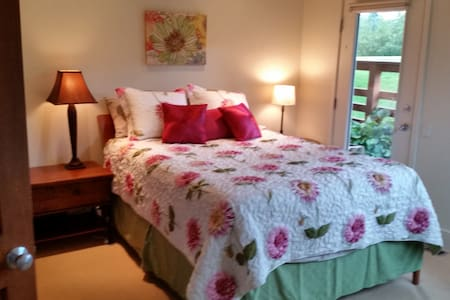 Lovely bedroom with private bath, great location. - Reihenhaus