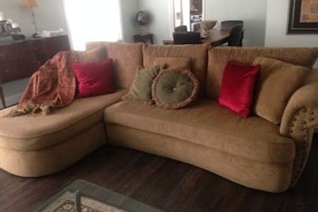 Comfortable sofa for low cost stay - Thousand Oaks - House