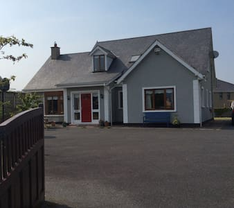 Lovely 4 bed dormer bungalow. - Kilanerin - House