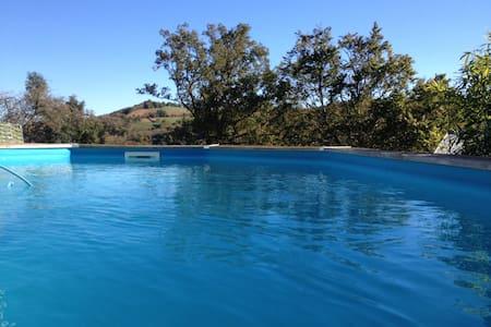 Studio avec piscine privée dans hameau verdoyant - Byt