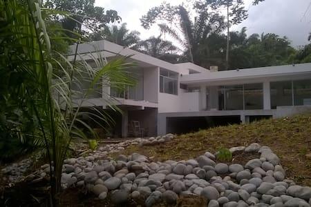 Casa moderna en la naturaleza - Ev