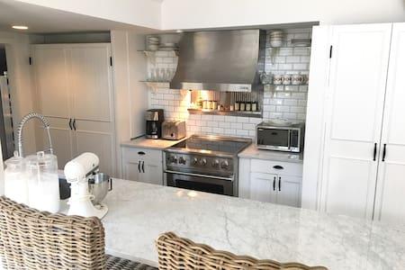 Charming Cottage Modern Touches - Shoreham