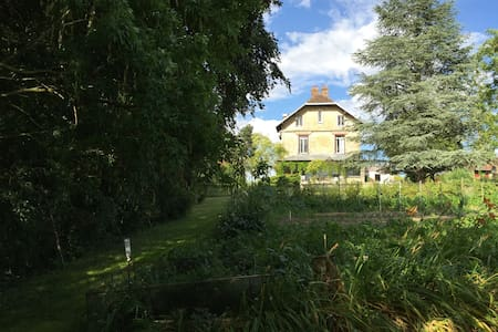 grande propriété de charme dans un jardin de rêve - House