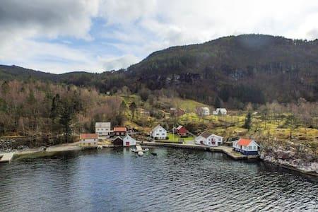 Stort hus ved sjøen - Suldal