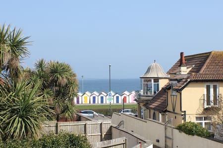Seaside 3 bed property ensuites seaview & parking - House