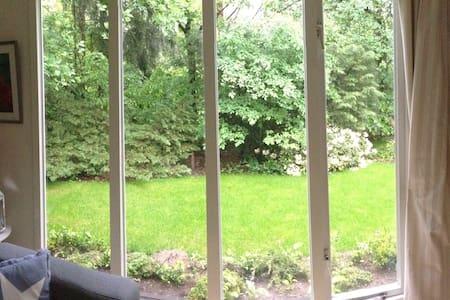 Heel zonnig huisje in groene besloten tuin - Nunspeet