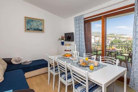 Two Bedroom Apartment with Balcony - Marina - Apartamento
