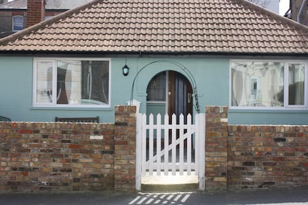 The Boat house, Broadstairs sleeps 4 by the Sea - Bungalow