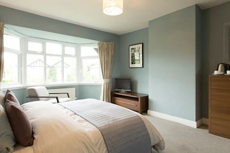 Comfortable Room, King Size Bed, Private Bathroom - Leeds - Casa