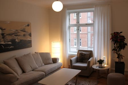 Located in one of the best areas in Frederiksberg with cafes, restaurants and shops at your doorstep. The 77m2 flat has a large bedroom, separate living/dining, new kitchen and modern bath. Good links to town and airport (Metro and bus stops nearby).