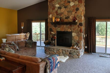 Huge, Secluded Retreat with Fall weekend specials! - New Lisbon