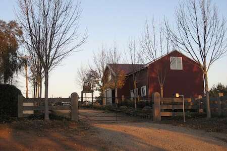 Red Barn Loft Accommodation - Drouin East - Loteng Studio