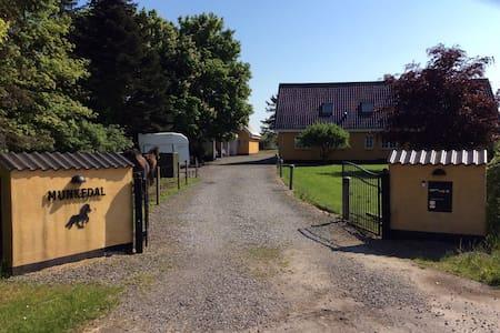 Idyllisk landsted i skøn natur - Odder - Huis