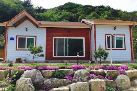 철원 장미꽃 핀 집(본채) - Cheorwon-gun - Casa