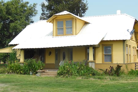 1920's Bungelow in La Grange, Tx - 1 room out of 3 - Rumah