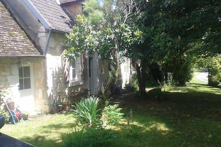chambre dans maison de campagne, 10 min de Bourges - Casa