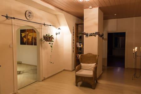 Privatzimmer in gemütlicher Dachgeschosswohnung - Apartamento